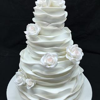 Roses with a touch of pink wedding cake