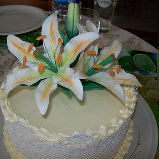 Cake with lilies.