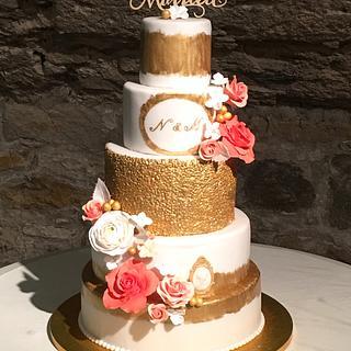 Wedding cake gold white