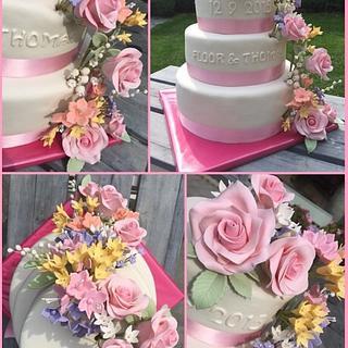 Weddingcake with sugar flowers