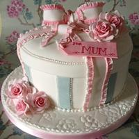 Hatbox and roses cake