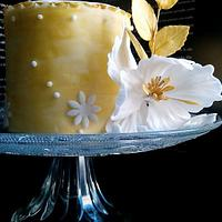 Mini wedding cake in white and gold