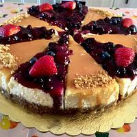 Caramel an berries sauce cheesecake