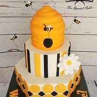 Bee baby reveal cake