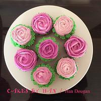 Spring cupcakes .