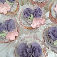 Sugar flowers and sweet peas cucpakes