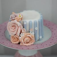 Mini striped cake with roses