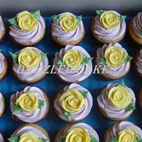 Cupcakes with roses