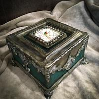 Jewellery box cake with painting
