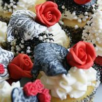 romantic cupcakes in demask theme