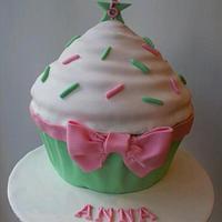 First giant cupcake cake