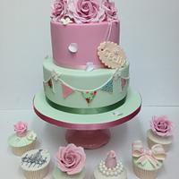 Vintage birthday cake & matching cupcakes