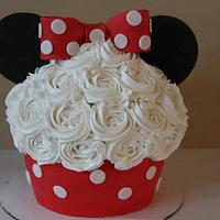 Minnie Mouse Giant Cupcake and Cakepops