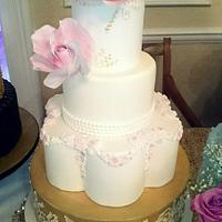 Gold lustre and large roses, Wedding cake