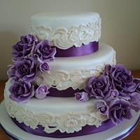 Purple gumpaste roses on vintage weddingcake