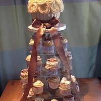 Wedding Giant cupcake with matching cupcakes