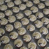 Large wedding cupcake and 100 cupcakes