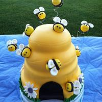 Beehive Cake w/ cupcakes