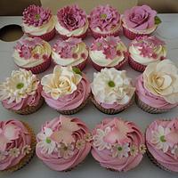 Vintage floral wedding cupcakes