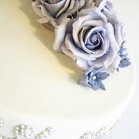 Engagment cake with pearls by Sannas tårtor