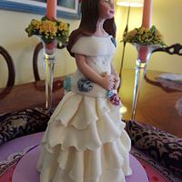 Muñeca de comunión modelada en pasta de azucar