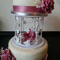 wedding cake with roses and perls