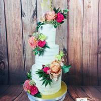 Seminakedcake with fresh flowers