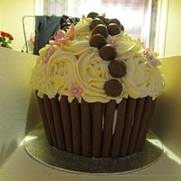 Giant cupcake by Hellocupcake