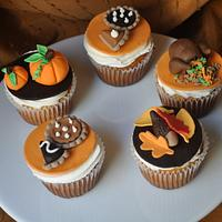 Thanksgiving cupcakes .