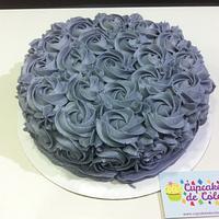 Tarta con decoración de rosas con manga pastelera