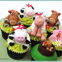 Big Cake Little Cakes : On The Farm by Scrumptious Buns