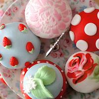 Kath Kidston inspired cupcakes ~hand painted~