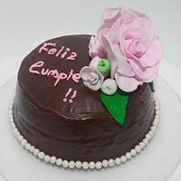 Deliciosa choco-torta decorada con una hermosa rosa de azúcar