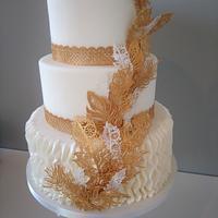 Gold feathers wedding cake