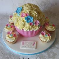 Giant cupcake and matching cupcakes