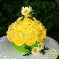 Giant cupcake with  daisies