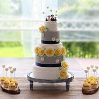 Weddingcake with cupcakes