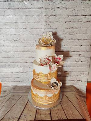 Gold &White Wedding - Cake by Dr RB.Sudha