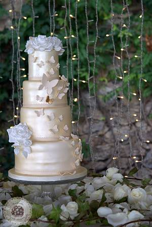 Butterflies & Roses Wedding cake - Cake by Mericakes