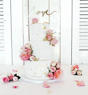 White! All pure white weddingcake with fresh pink roses - Cake by Judith-JEtaarten
