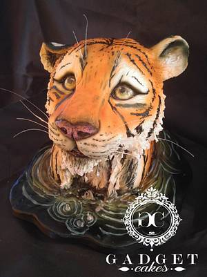 Tiger looking up cake - Cake by Gadget Cakes