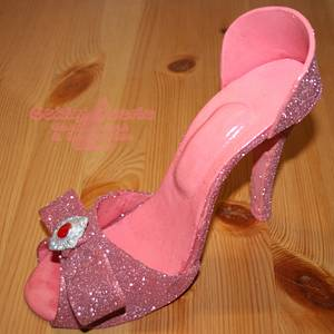 Pink and sparkly heels - Cake by Suzanne Readman - Cakin' Faerie