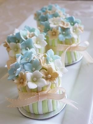 Flower Pot Favours - Cake by Scrummy Mummy's Cakes