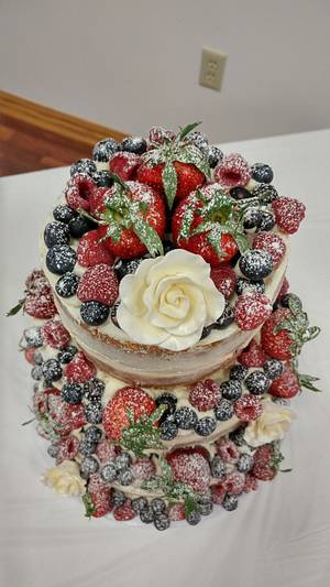 Naked wedding cake with berries - Cake by m1bame
