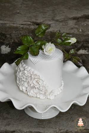 A mini cake in white - Cake by Benny's cakes