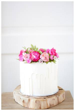 White chocolate dripping cake with handmade flowers - Cake by Taartjes van An (Anneke)