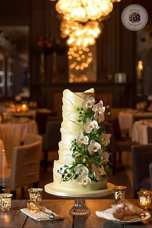 Gaudí cascade Orchid Wedding cake - Cake by Mericakes