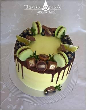 Drip cake with macaron - Cake by Tortolandia