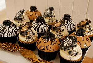 Glamorous hand painted animal print cupcakes - Cake by CupcakesbyLouise