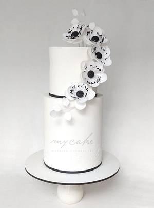 Modernas anémonas en blanco y negro - Cake by Natalia Casaballe